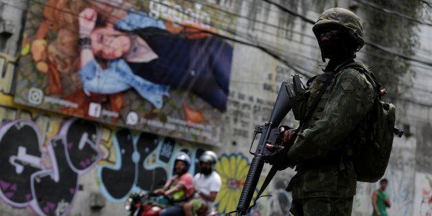 Exército ocupa cidade do Rio de Janeiro em crise de