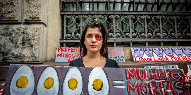 Manifestante protesta em São Paulo contra violência contra