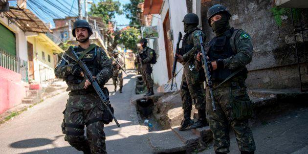 Soldados brasileiros na Rocinha, no Rio de