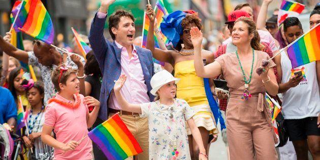 Primeiro-ministro canadense Justin Trudeau, a esposa, Sophie Gregoire e os filhos na parada gay de
