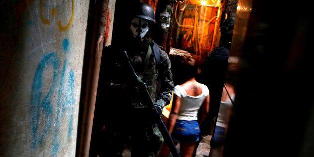 Membro das Forças Armadas em operação na Rocinha, no Rio de