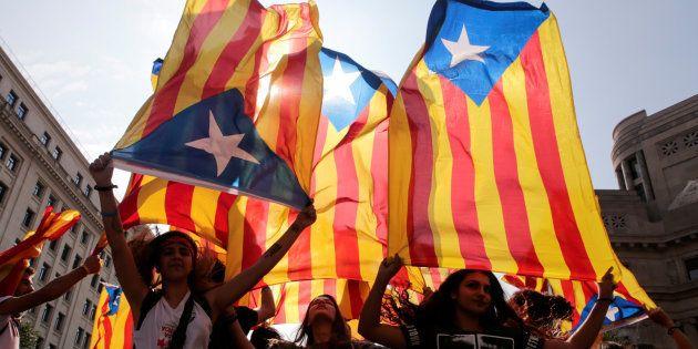 Manifestantes com bandeira separatista da