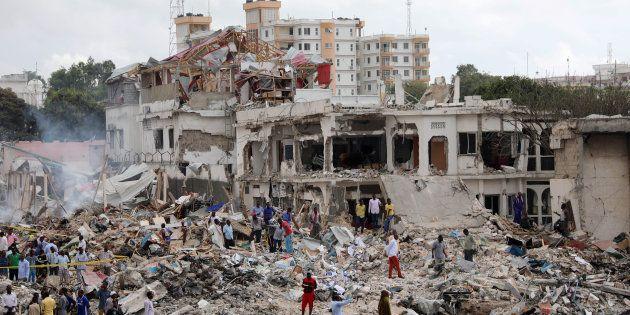 Forças do governo da Somália e cidadãos após explosão no distrito de