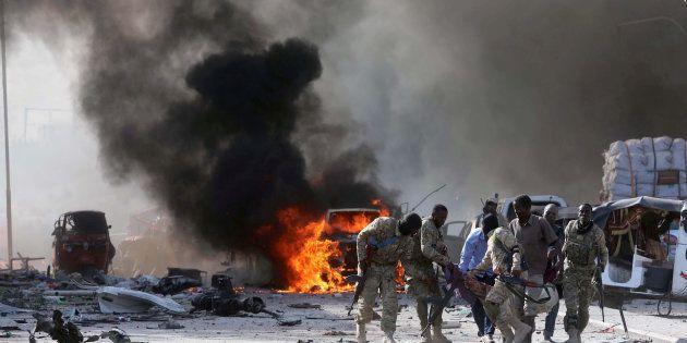 O ataque ocorreu em frente ao hotel Safari, que fica perto de ministérios do governo somali e em uma...