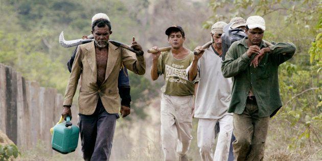 Imagem de 2003 mostra trabalhadores submetidos a condições análogas a trabalho escravo na fazenda Bom...