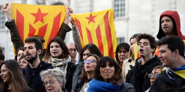 Manifestantes seguram bandeira separatistas da