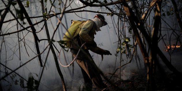 Voluntário ajuda a controlcar incêndio na Chapada dos