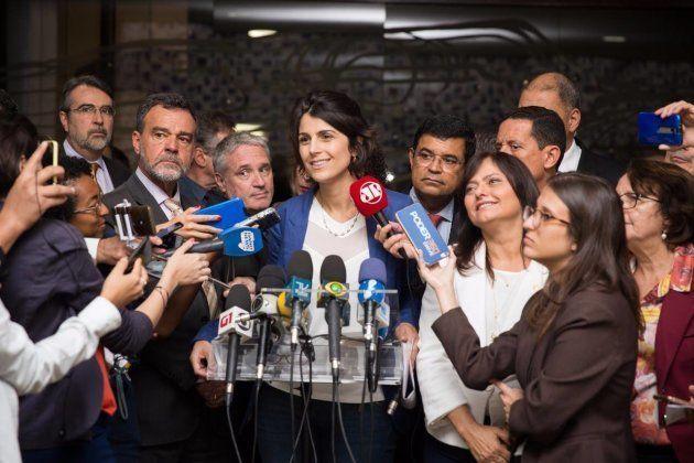Manuela D'Ávila critica perdas de direitos das mulheres no governo Temer e propõe revisar teto de