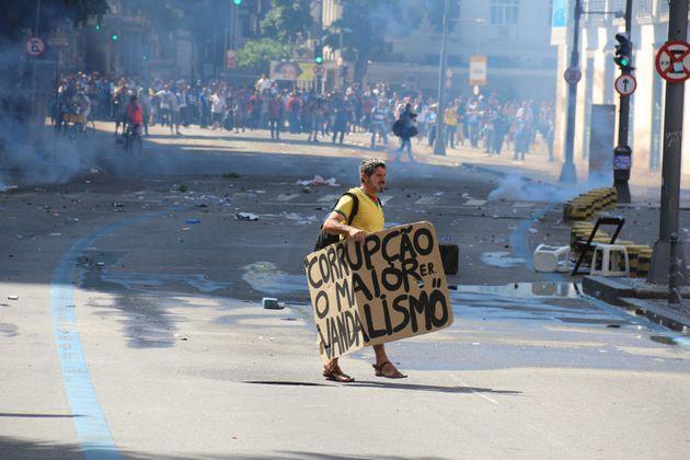 A violência contra servidora em protesto na Alerj é retrato do Brasil que protege políticos e pune