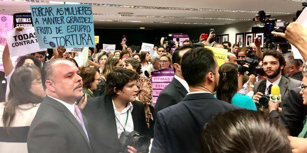 Ativistas mulheres ocupaam comissão da PEC que pode proibir aborto até no caso de