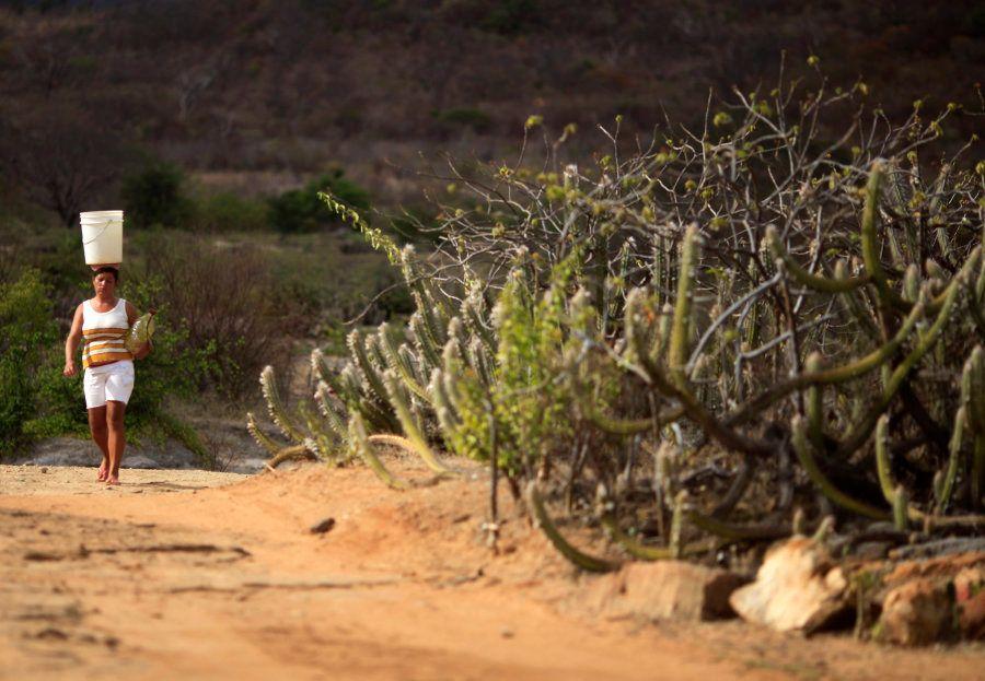 Mulher carrega água na comunidade de Maracas, no estado da