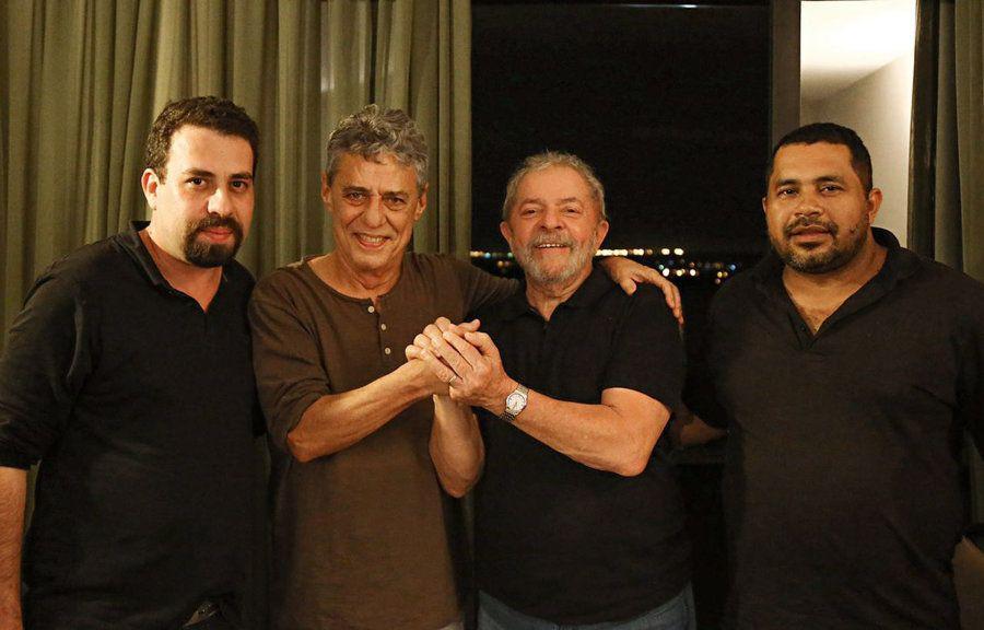 Boulos, o cantor Chico Buarque, o ex-presidente Lula, acompanhados de um militante, em agosto de 2016....