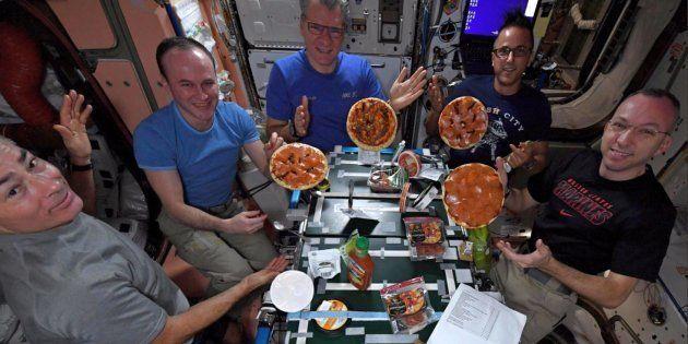 Astronautas da Estação Espacial fizeram uma 'noite da pizza'.