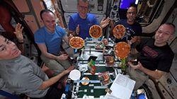 Pizza e filmes: A Nasa decidiu presentear estes astronautas em