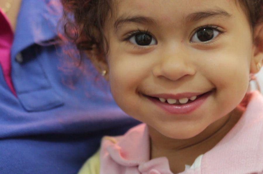Maria Clara, de 1 ano e oito meses, tem problemas motores devido à infecção de zika da mãe na