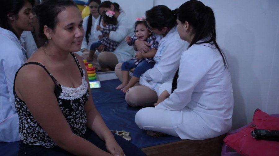 Maria Vitoria Machado dos Santos, de 1 ano e meio, faz estimulação precoce na Apae de Maceió (AL), ao...