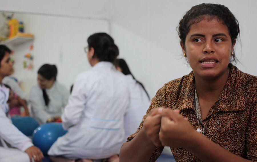 Mãe de criança com síndrome congênita do zika, Edineide de Oliveira conta que foi criticada ao engravidar