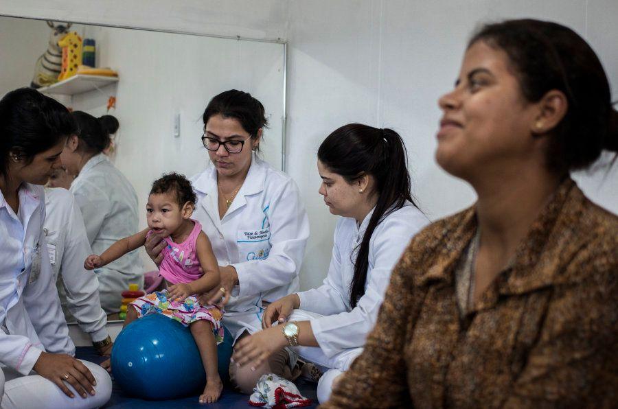 Nascida com sequelas do zika na gravidez da mãe, Maria Olivia, de 1 ano e cinco meses, faz estimulação...