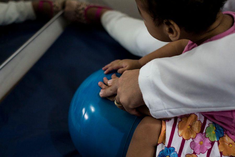 Primeira etapa da estimulação precoce é melhorar a capacidade motora das mãos dos bebês com síndrome...