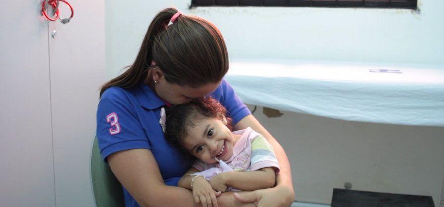 Pais de crianças com síndrome congênita do zika são incentivados a brincarem com os filhos no dia a