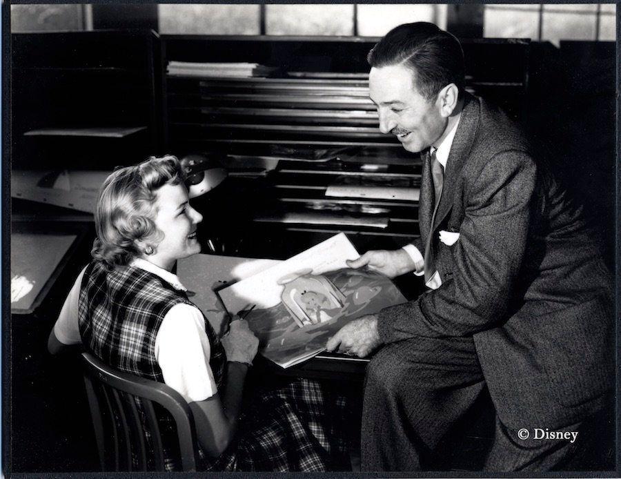 Ginni Mack, que trabalhou como contornista, e Walt Disney reveem trabalhos de arte