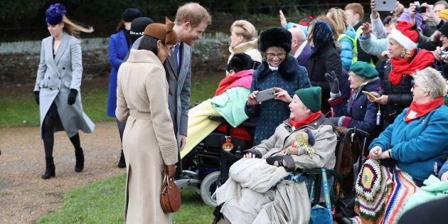 Meghan Markle e príncipe Harry conversam com a população na missa de Natal da família