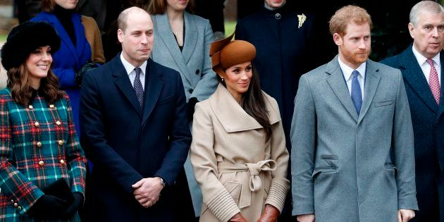 Nova geração da família real britância na missa na igreja da Sandringham