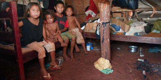 Crianças na Reserva Indígena de Dourados em
