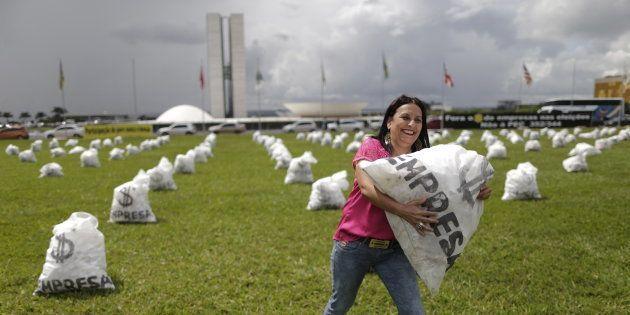 Protesto pede fim de doações empresariais em campanha, antes do STF decidir pela proibição, em