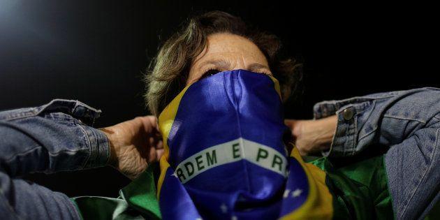 Manifestante no Rio de Janeiro após o ex-presidente Luiz Inácio Lula da Silva ser condenado por
