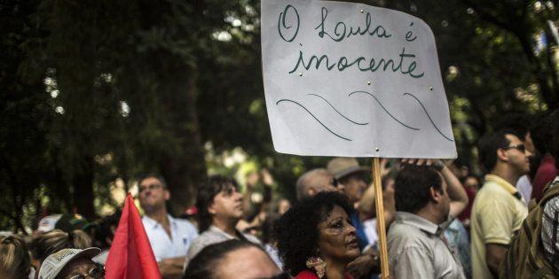 Apoiadores do ex-presidente Luiz Inácio Lula da Silva marcham em Porto Alegre