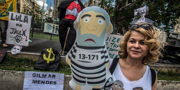 Manifestantes pedem prisão do ex-presidente Lula após juiz Sérgio Moro condená-lo no caso do tríplex...