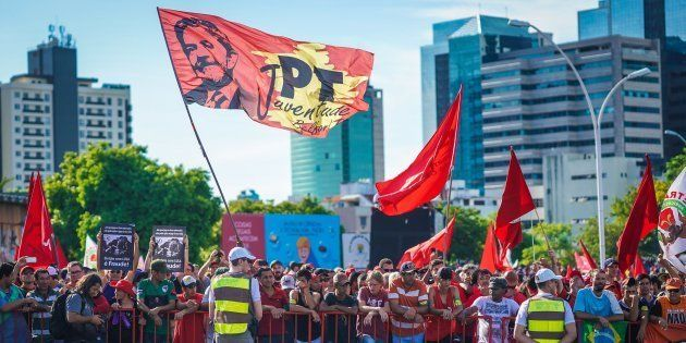 Apoiadores do ex-presidente Luiz Inácio Lula da Silva acompanham julgamento de recurso no