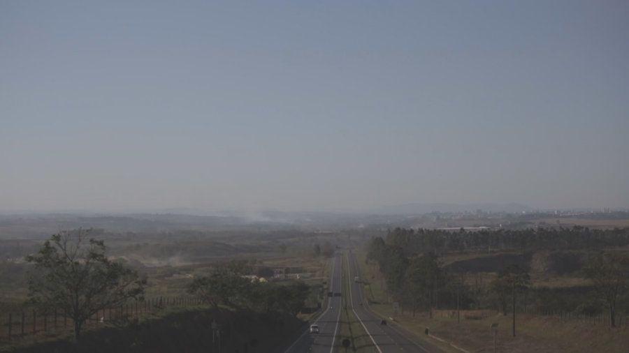 No horizonte, à esquerda, é possível ver a camada de pó suspenso na atmosfera sobre o pólo de cerâmica,...