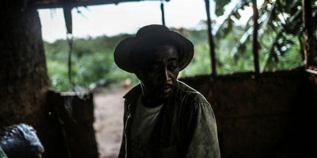 Ex-escravo Francisco Rodrigues dos Santos em sua casa, no interior do Piauí, em