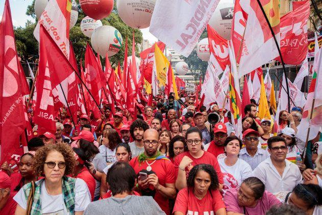 Após a confirmação da condenação, manifestantes pró-Lula ocupam a Avenida Paulista, em São