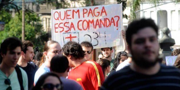 Manifestação em 2014, um ano após incêndio na boate Kiss, pede mudanças na