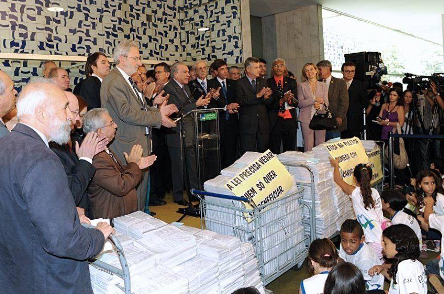 Movimento de Combate à Corrupção entrega à Câmara dos Deputados projeto que se tornou a Lei da Ficha...