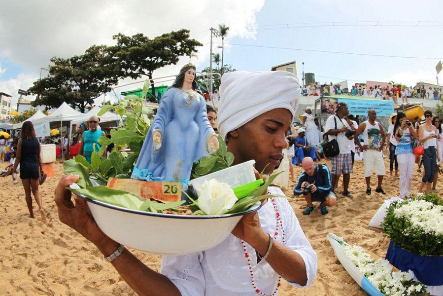 Festa de Iemanjá, em Salvador, reúne multidão em homenagem ao