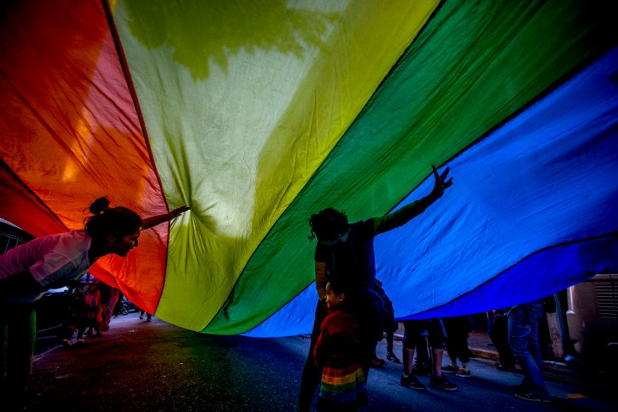 Ativistas na parada LGBT de 2017 em São