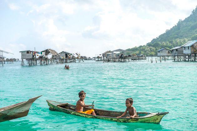 O povo Bajau Laut tem sua vida ameaçada com práticas destrutivas de