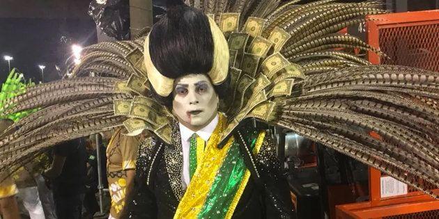 Desfile da escola de samba Paraíso do Tuiuti trouxe um personagem que fazia referência aopresidente...