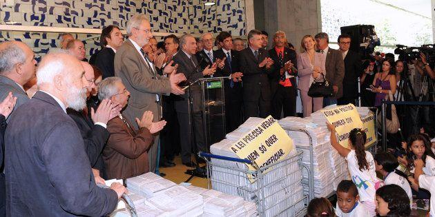 Então presidente da Câmara, Michel Temer discursa na entrega do projeto popular da Ficha