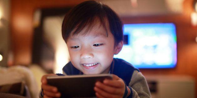 Como decidir quando é o melhor momento de seu filho ter acesso a um smartphone.