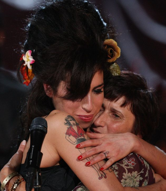 Amy Winehouse e sua mãe, Janis Winehouse, durante o célebre Grammy