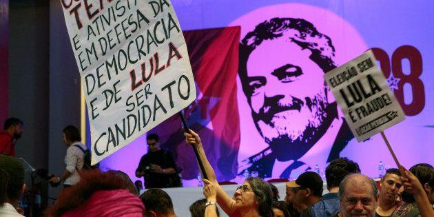 Manifestantes a favor da candidatura de Lula no aniversário do PT, em fevereiro de