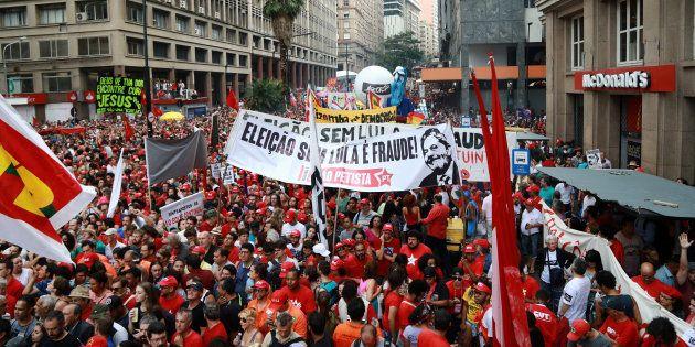 Manifestantes a favor de Lula no dia do julgamento do TRF-4, em Porto