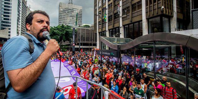 Líder do Movimento dos Trabalhadores Sem Teto (MTST), Guilherme Boulos, em protesto em São Paulo contra...