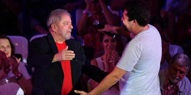 Lula e Boulos se cumprimentam em encontro de intelectuais em janeiro de