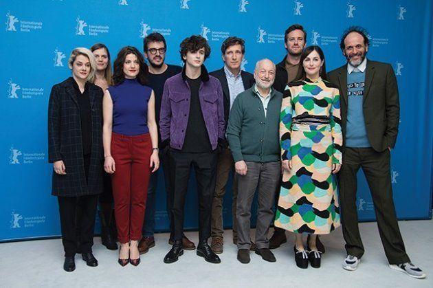 Teixeira, ao fundo de óculos, com a equipe de 'Me Chame pelo Seu Nome' no Festival de Berlim de